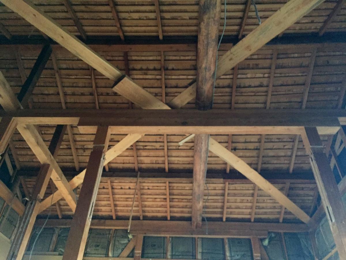 解体中の小屋裏の様子。乾燥状態が保たれていて良好です。水漏れの形跡のありません。