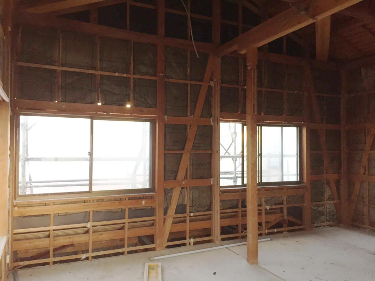 解体中の室内の様子。壁には当時の断熱材が入っていましたが、天井床には断熱材はありませんでした。