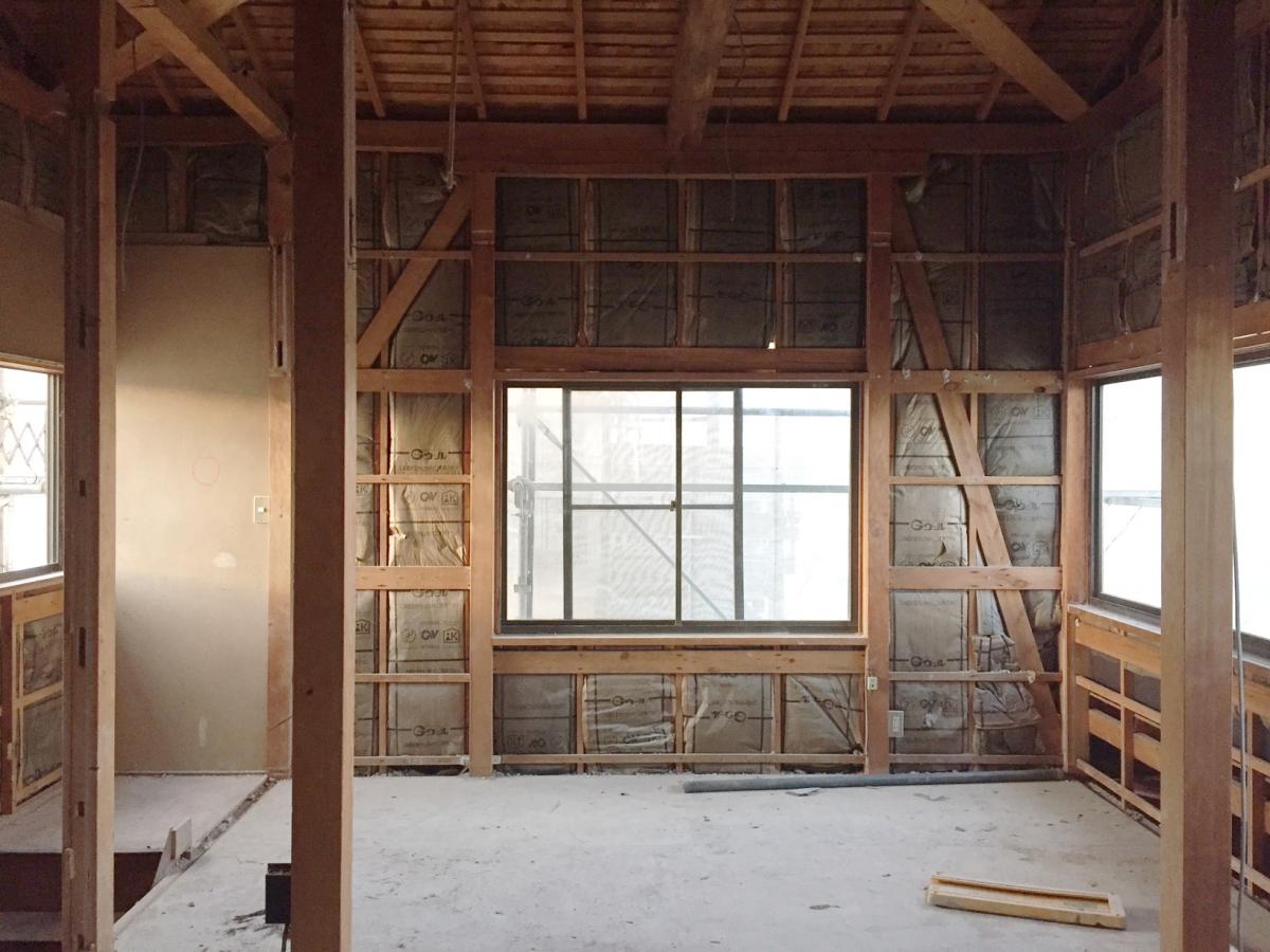 解体中の室内の様子。筋交いが入っていますが、全体的に少なめです。構造検討して、補強をします。