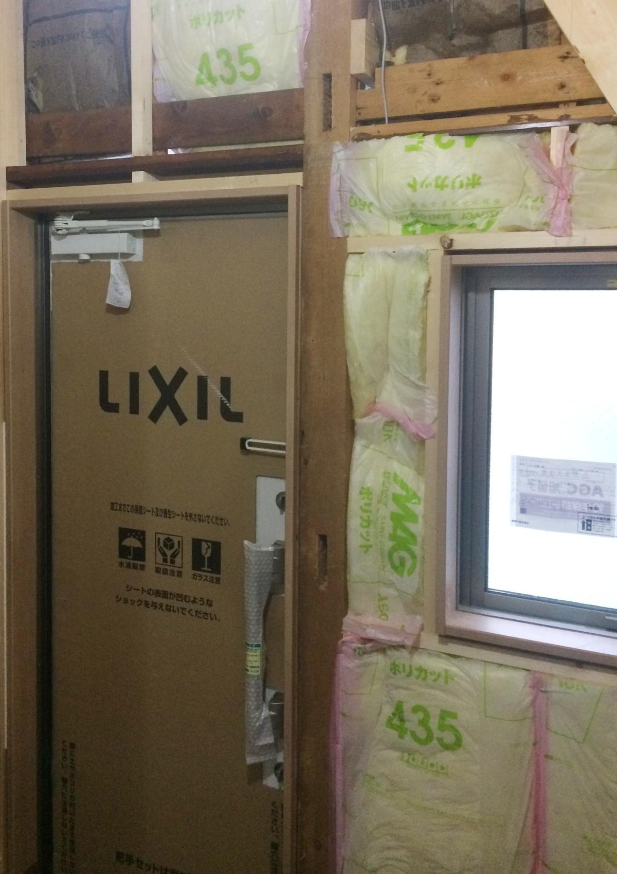 窓とドアをすべて入れ替えて、不足の断熱材を充填します。