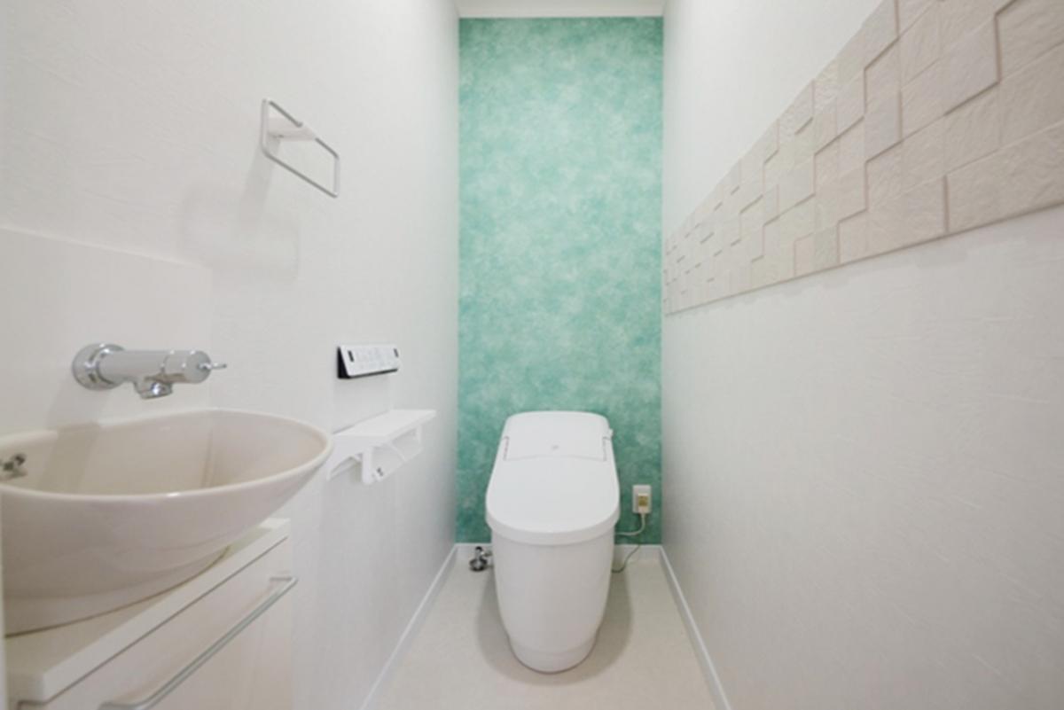 アクセントのグリーンがトイレ空間を爽やかに。消臭効果のある内装タイルでより清潔感UP!
