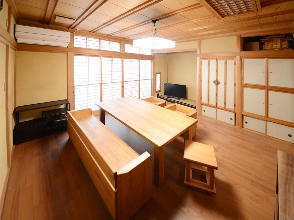 本格和室の畳をフローリングに敷替えて使いやすいリビングへ。カバの床材と、桐の家具。温かいカラーにまとまりました。