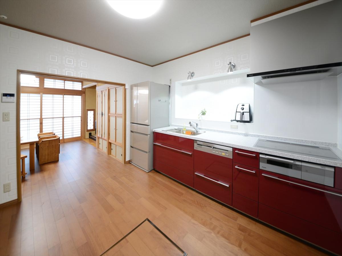 キッチンには、以前窓があった場所にちょっとしたカウンタースペースを作りました。