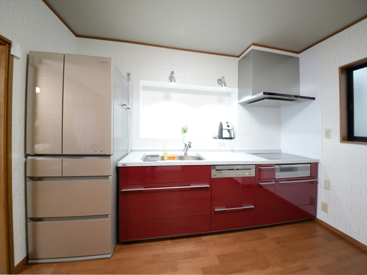 プラムレッドのキッチン廻りは、奥様がこだわり抜いたシックモダンなカラーでコーディネート。
