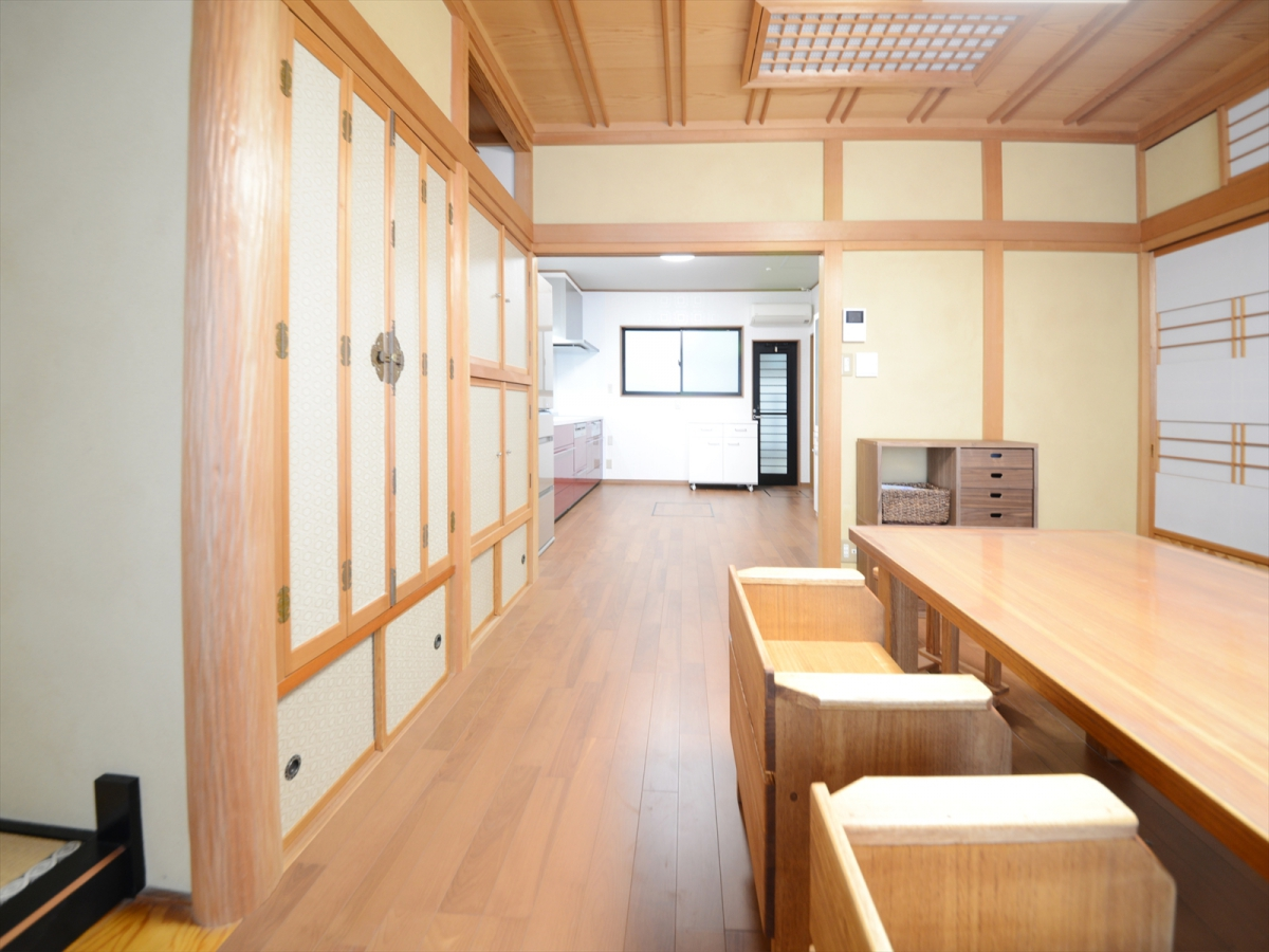 リビングとキッチンをひとつながりに。床暖房と加湿機能付エアコンで冬を快適にお過ごしいただけます。