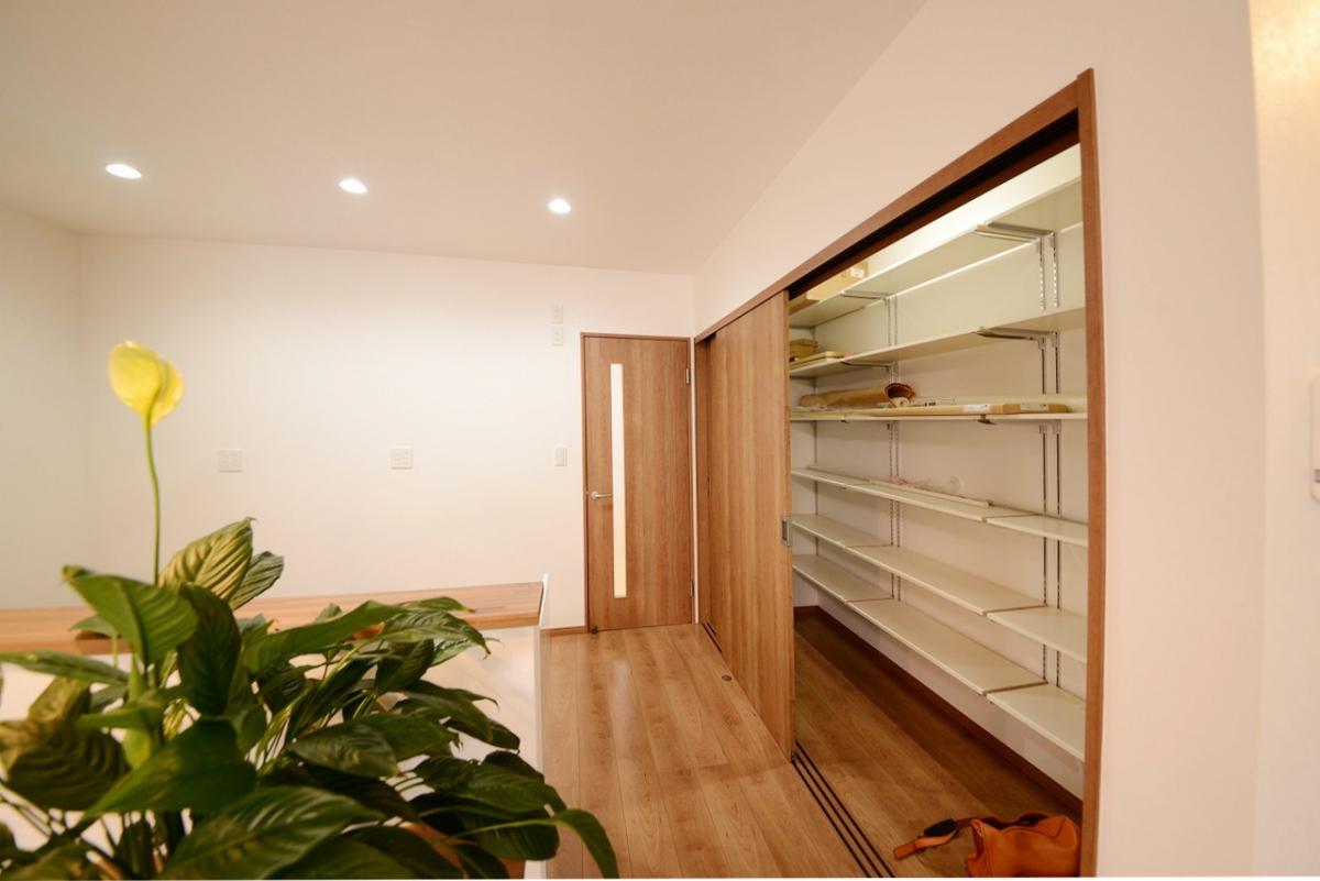 キッチンの隣に、どんと広いパントリー。日々の食材から雑貨まで全部入ります。