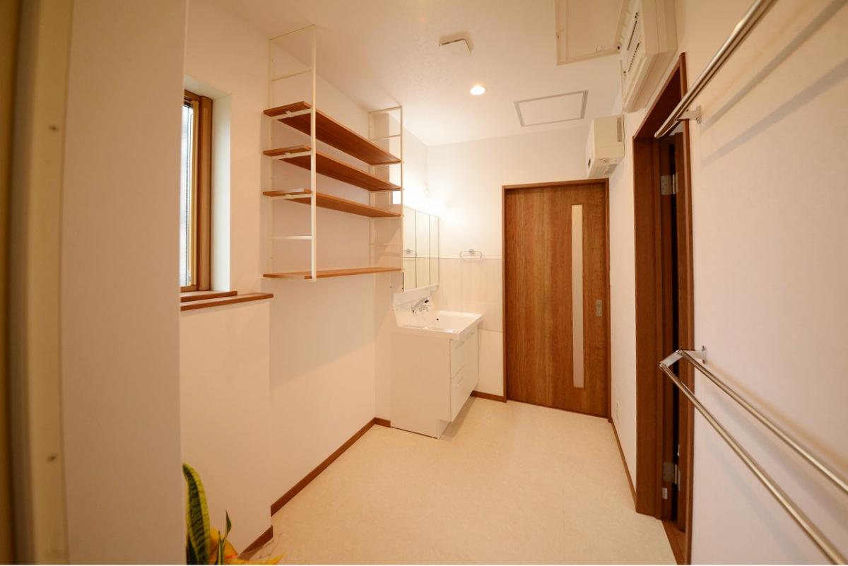 広々洗面脱衣室は、玄関にもキッチンにも隣接。家事ラクラク動線です。