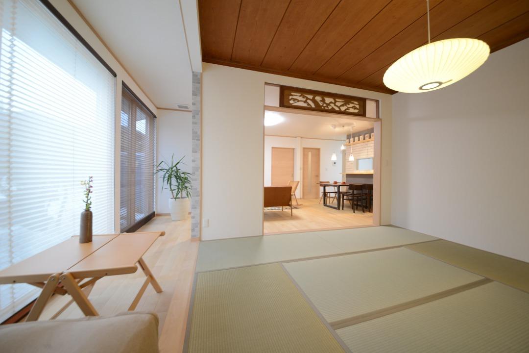 和室の床の間、欄間(らんま)、天井板は古い材料をそのまま再利用。温かい質感をそのまま残しました。