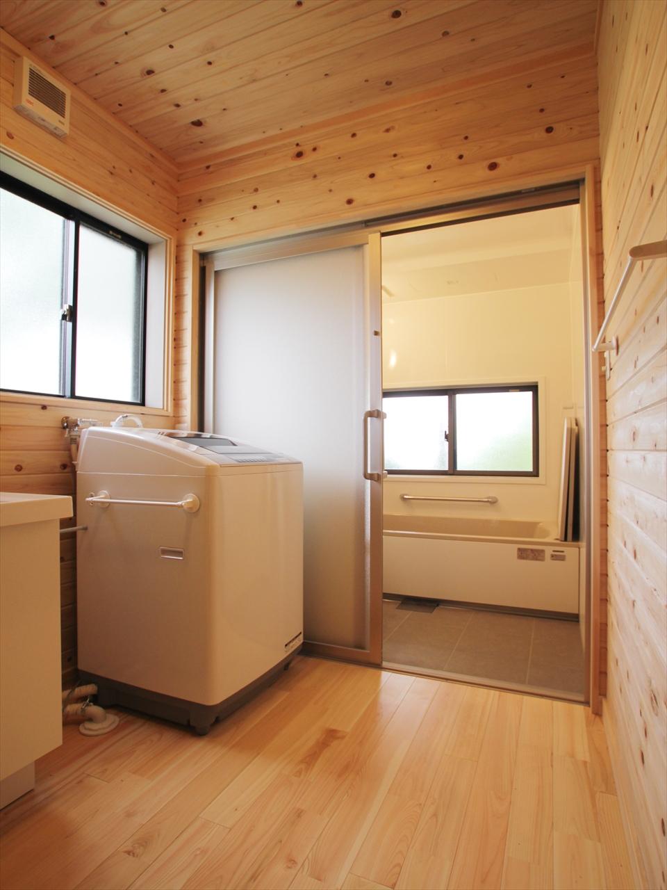 ヒノキ仕上げの脱衣室は、清潔感でいっぱい。奥の浴室は質実剛健なホーロー浴室です。