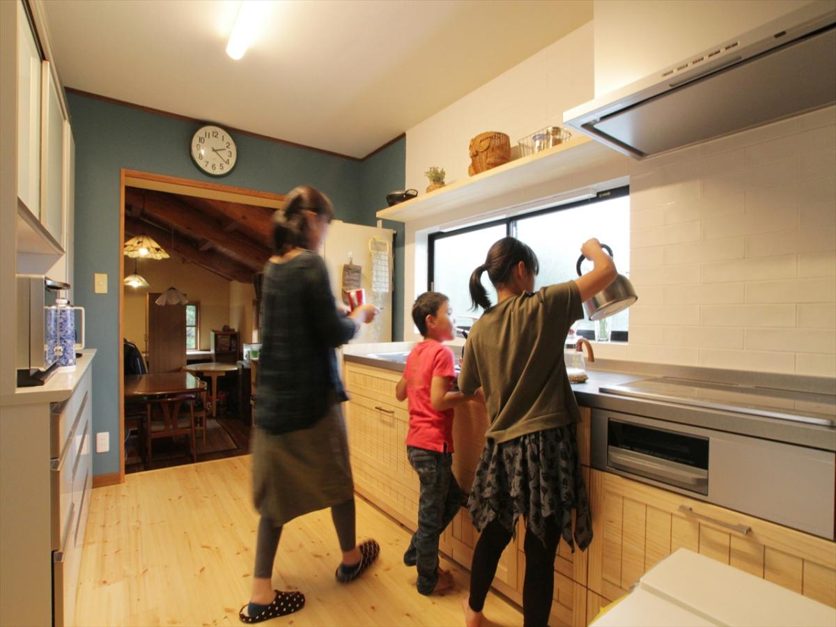 可愛らしいキッチンには家族が集まります。わいわいいつも賑やかな空間になりました。