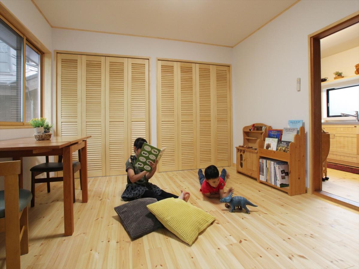 無垢の木の仕上げは、さらっと軽い足触り。お子様にもペットにも優しい素材です。