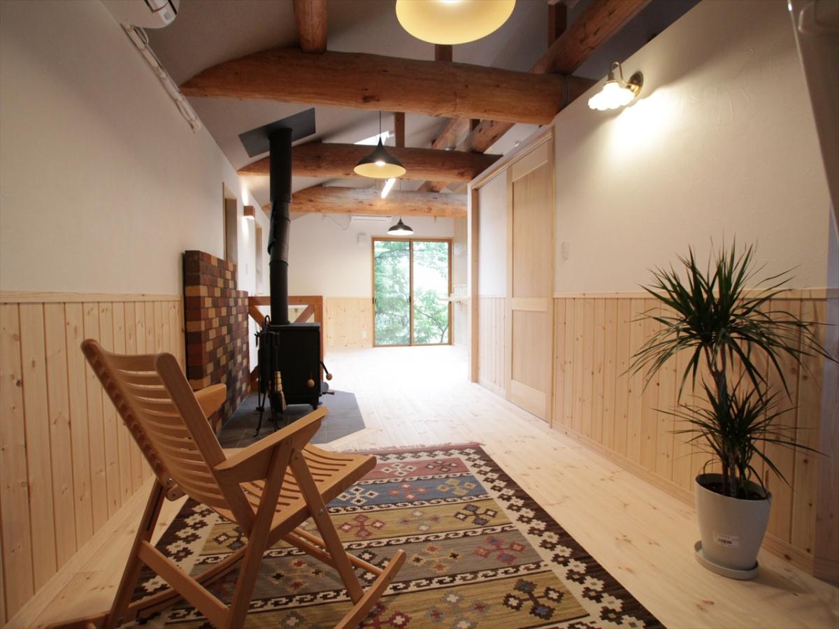 築26年目のお宅をリノベーションしました。年月を経た立派な丸太梁があめ色に色づいています。