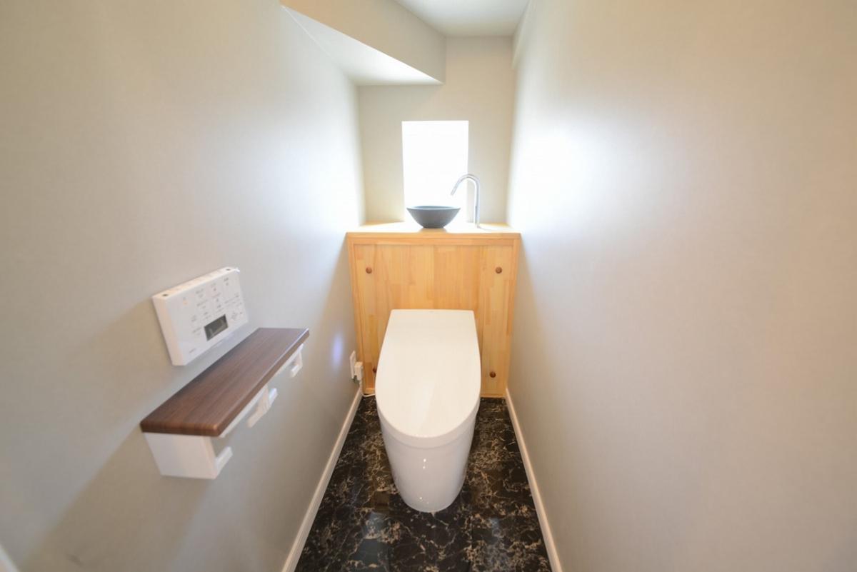 階段下スペースを有効利用した落ち着きの空間。コンパクトで落ち着いた色味で、リラックスできる大切な場所になりました。