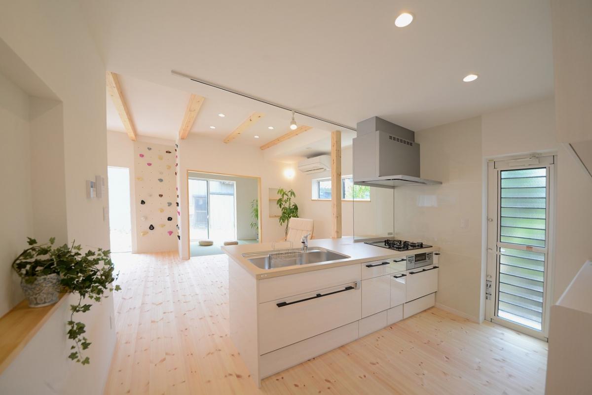 真っ白くてかわいらしいキッチンからは、リビングでくつろぐご家族を見守りながら家事をすることができます。