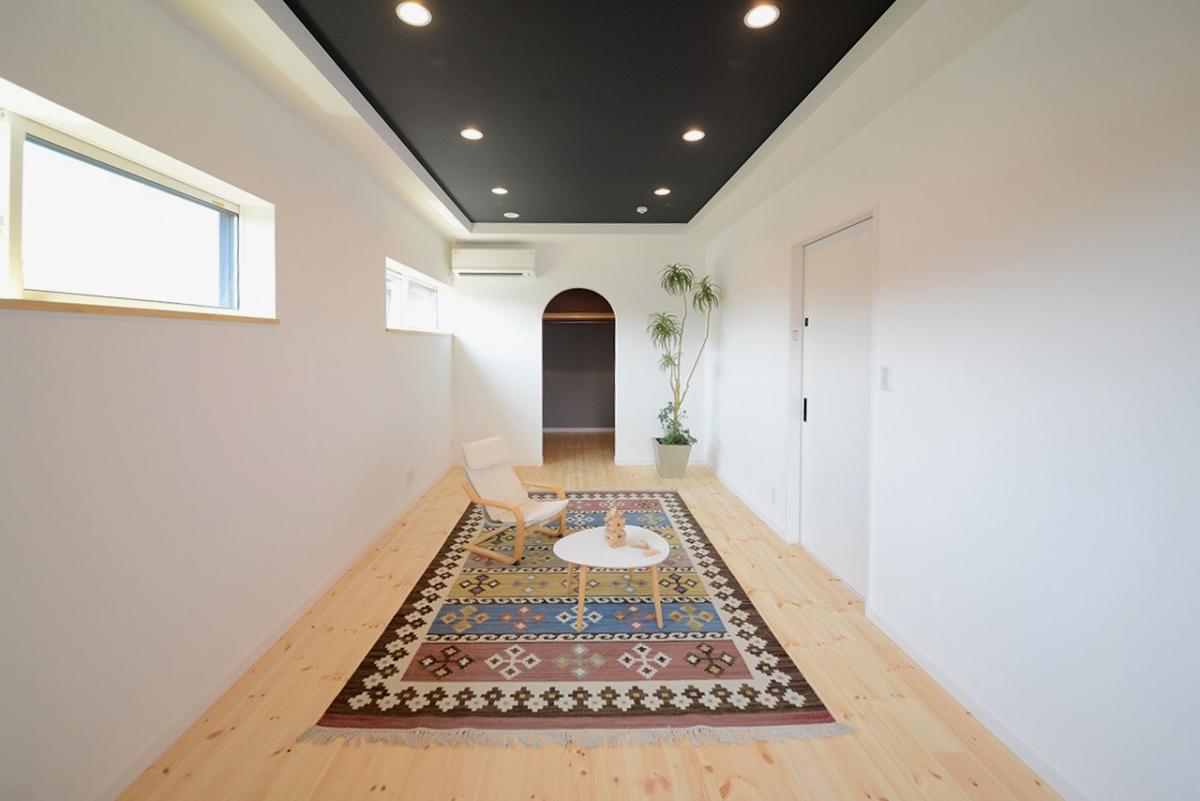アーチ形の出入り口ひとつでこんなに素敵なお部屋が出来上がるんです。多彩づかいのキリムもどんな家具も似合います。
