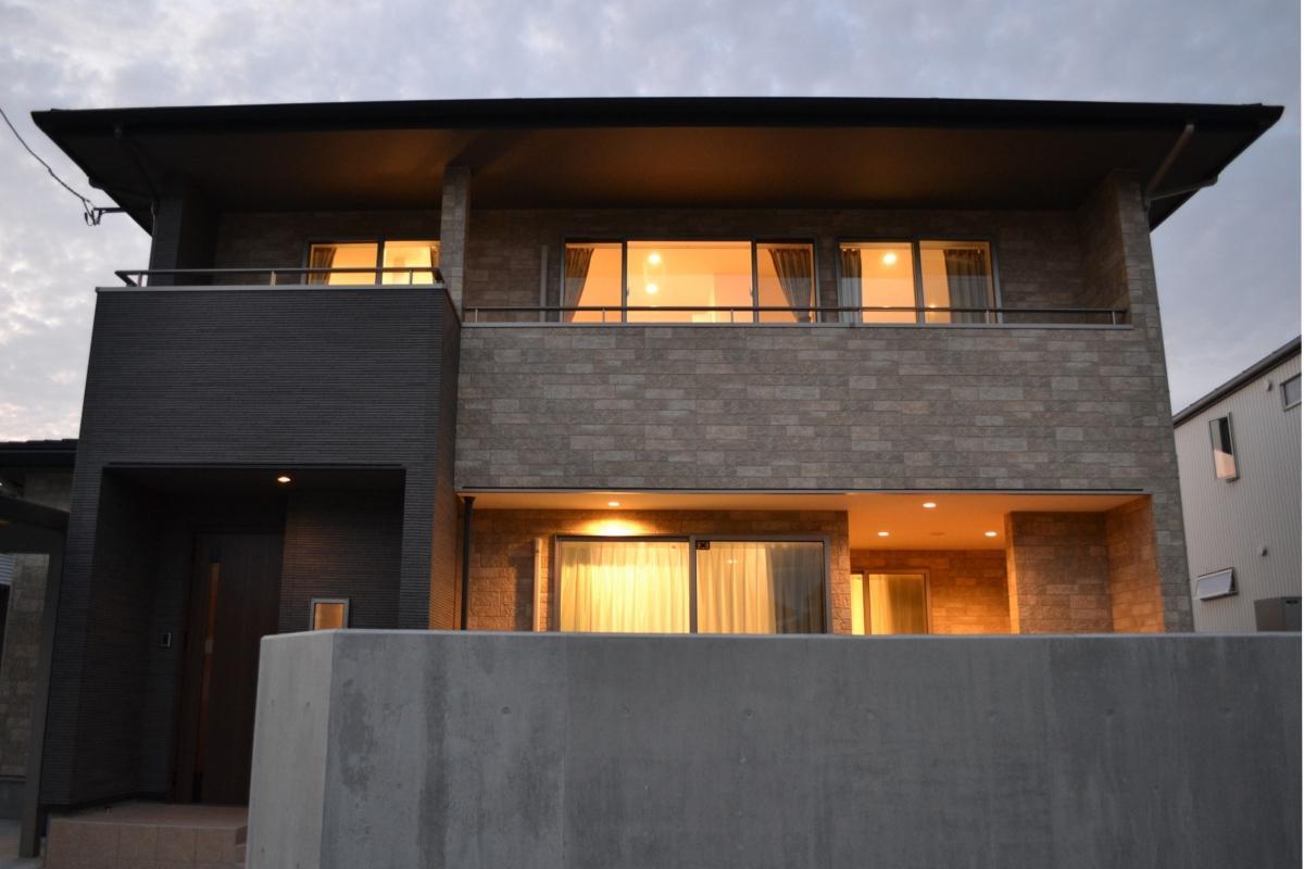 夕暮れの表情。窓から漏れる光が、なんとも言えず温かくて。こんな家に毎日帰れたら、幸せだろうな、と思います。