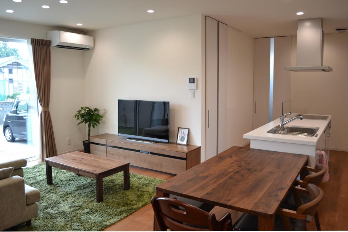 上品なシンプルホワイトのキッチンの奥には水廻りスペース。家事をテキパキ楽しめる動線計画になっています。