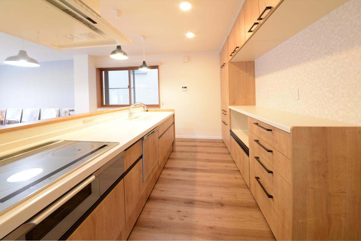 木目のキッチンのキッチンは清潔感があってあたたかい質感。