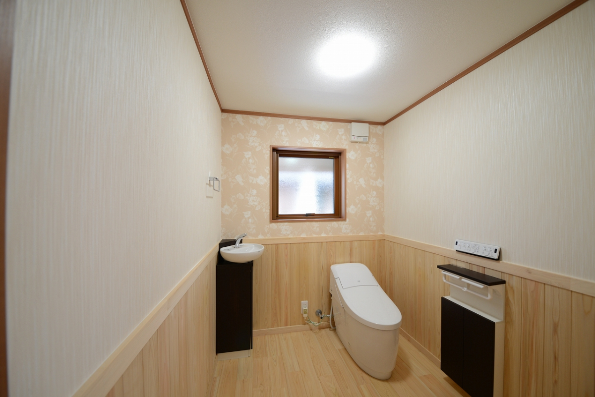 トイレは男性用女性用をまとめて、ヒノキの香る可愛らしい広い空間に生まれ変わりました。