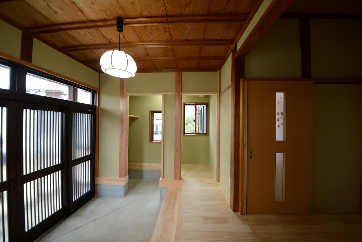 玄関脇に新たに収納スペースを設けて、玄関がすっきり片付くようになりました。