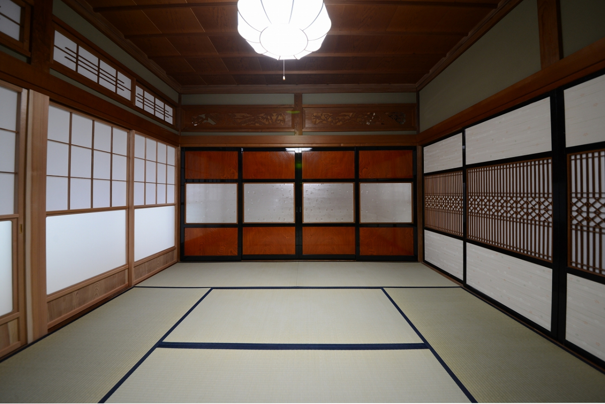 年月を経た飴色の欅板の襖戸をはじめ、建具と欄間は、当時の趣をそのまま残しました。