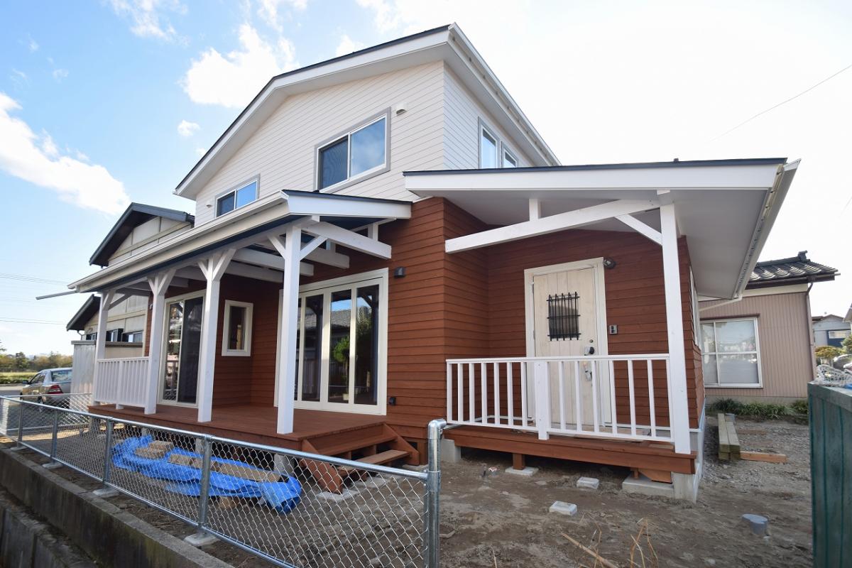 白とブラウンの2色をベースに、深いブルーをアクセントに配色したサーファーズハウスが完成しました。