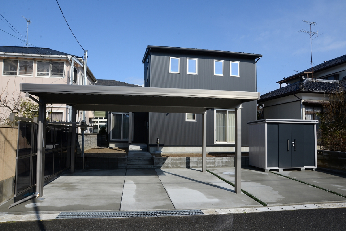 メタリックブラックとステンカラーで統一された外観。金属とコンクリートの質感がよく合います。