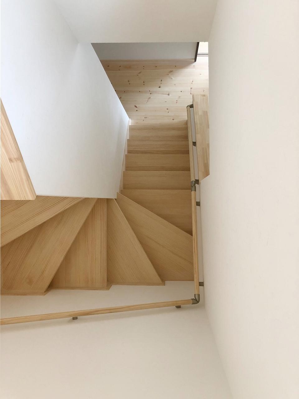 うづくりのさらっと素足にやさしい階段です。